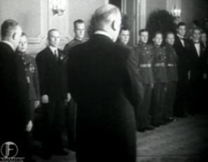 1935. a kuldmedali üleandmine laskurmeeskonnale spordi ballil Ülemjuhataja kindral J. Laidoneri poolt